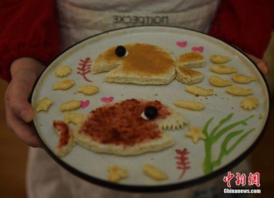 """王婧展示为女儿制作的""""海洋世界""""爱心早餐。 受访者供图"""