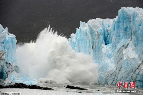 """当地时间2016年3月10日,阿根廷圣克鲁斯省西南部冰川国家公园中的莫雷诺冰川拱门""""冰桥""""部分发生裂缝和垮塌。"""