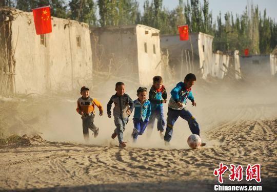 民族文化类入围作品《咱们明星队》 张广启摄。