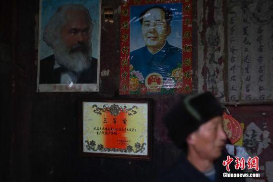 墙上挂着1983年贵州省人民政府给张金贵颁发的护林三等奖奖状。老人在年轻时,带领村里的年轻人,保护山林不被乱砍滥伐,受政府嘉奖。 中新社记者 贺俊怡 摄
