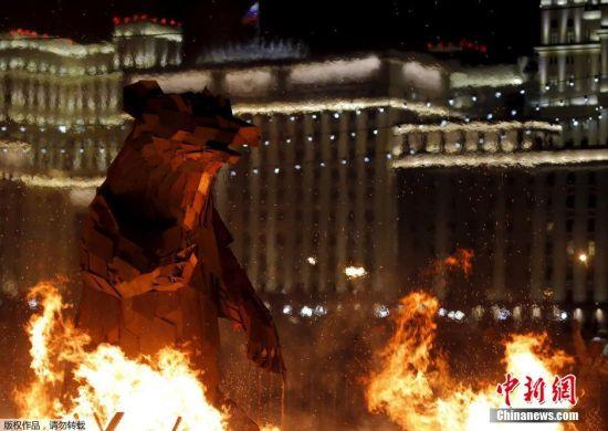 """当地时间2016年3月13日,俄罗斯莫斯科,民众在高尔基公园点起篝火并焚烧""""熊""""玩偶,以庆祝谢肉节。谢肉节为庆祝冬天结束而设,东正教教堂将其视为四旬期前的宗教节日。节日庆祝通常以食用薄饼以及展示力量为主。"""