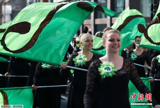 当地时间3月13日,英国伦敦特拉法尔加广场举行圣帕特里克节游行。