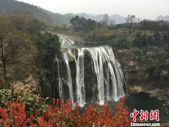 """图为举行贵州省旅游行业""""文明在行动・满意在贵州""""启动仪式的黄果树旅游景区。 杨茜 摄"""