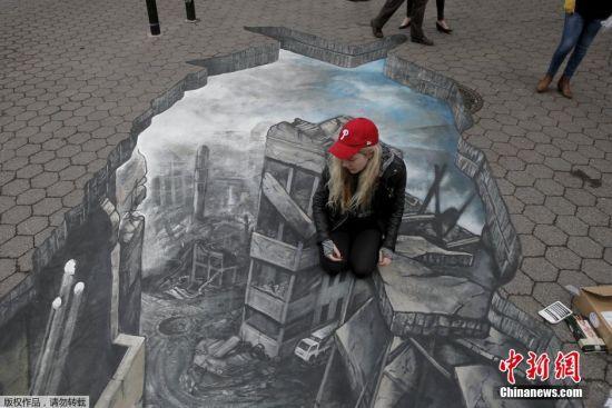 当地时间3月15日,艺术家克拉克在纽约曼哈顿街头绘制了一副巨型3D图,画面中显示的是叙利亚被战事毁坏的建筑和街道。克拉克希望用画作呼吁和平拒绝战争。