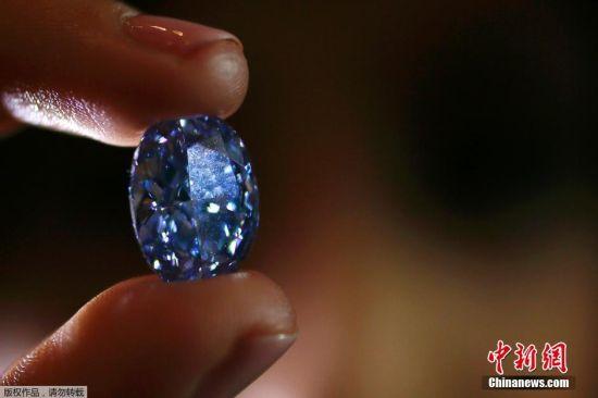 """当地时间2016年3月15日,英国伦敦,苏富比拍卖行展出10.1克拉的蓝钻。香港苏富比将于4月5日瑰丽珠宝及翡翠首饰春拍,隆重呈献来自亚洲私人珍藏的10.10克拉内部无瑕椭圆形鲜彩蓝钻""""迪比尔斯千禧瑰宝4""""(估价:2亿3,500万至2亿8,000万港元/约合人民币1.95亿至2.27亿),乃拍卖史上最大的椭圆形鲜彩蓝钻。"""