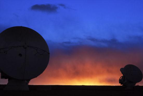 """2座阿塔卡玛大型望远镜""""欣赏""""着查南托高原的日落,太阳正在降至地平线以下,创造了充满色彩的天空轮廓线。(图片来源:C. Duran/ESO)"""