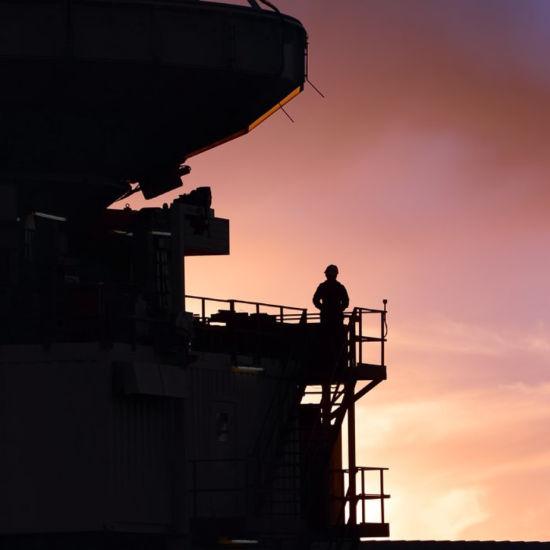 阿塔卡马探路者实验望远镜(APEX)日落时的剪影。(图片来源:C. Duran/ESO)