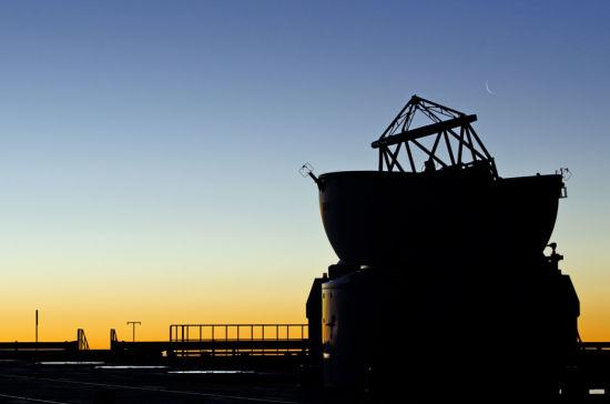 淡淡的新月,悬挂在欧洲南方天文台(ESO)的帕瑞纳天文台上空。(图片来源:ESO/G. Brammer)