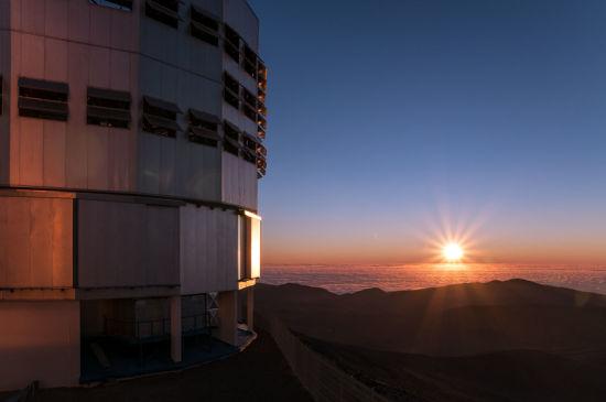 太平洋上的落日,将其最后的光线投射在帕瑞纳天文台之上。(图片来源:A. Caproni/ESO)