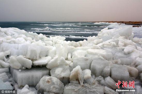 每年3月初至中旬,博斯腾湖面上的冰开始融化破裂,在风力影响下,就形成了推冰奇观,风越大,冰越高,造型也更奇特。 图片来源:视觉中国