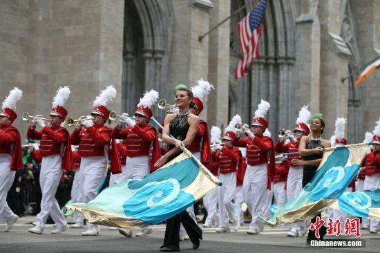 3月17日,参加游行的乐手经过纽约曼哈顿第五大道的圣帕特里克大教堂。当天,纽约举行圣帕特里克节游行,吸引众多市民和游客前来观看。圣帕特里克节是爱尔兰传统节日,为每年3月17日,是专为纪念爱尔兰守护神圣帕特里克而设立的。美国的爱尔兰后裔在这一天喜欢佩戴三叶草,用爱尔兰国旗颜色黄绿两色装饰房间,身穿绿色衣服,并向宾客赠送三叶草饰物等。 中新社记者 廖攀 摄