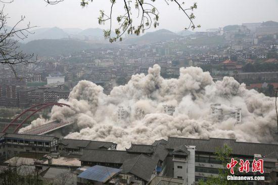 爆破拆除过程中。 中新社记者 仇国钰 摄
