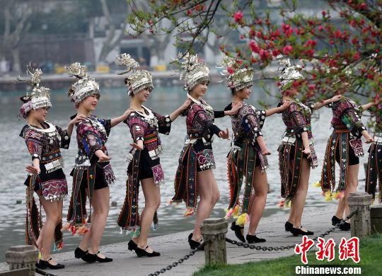 身着盛装的少数民族姑娘在西湖边进行表演。 林云龙 摄
