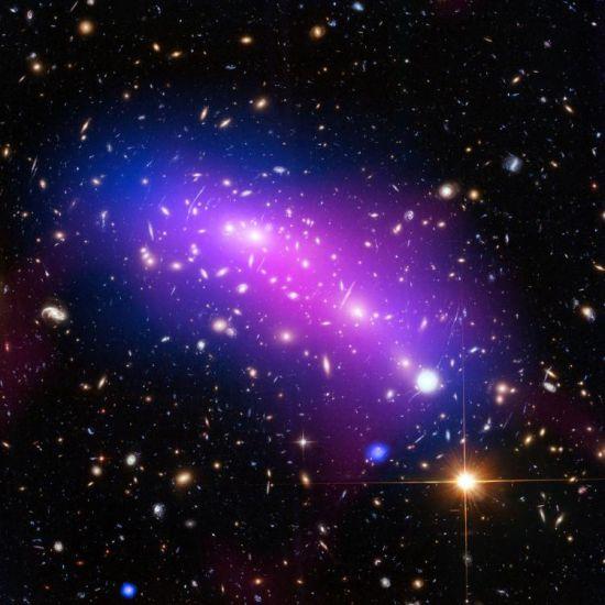 星系团MACS J0717是人类已知的最复杂和扭曲的星系团之一,是四个星系碰撞的结果。它离地球约有54亿光年距离。(图片来源: 美国宇航局官网)