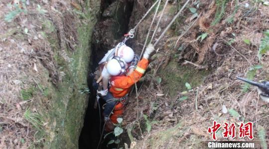 3月30日,贵州省铜仁市万山区一男子不慎掉入60多米深坑,在被困十余小时后获救。 黎光荣 摄