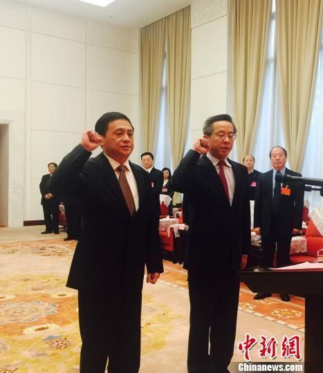 3月31日,宪法宣誓仪式上,贵州省副省长卢雍政(图右)、黄家培(图左)宣誓。 张伟 摄