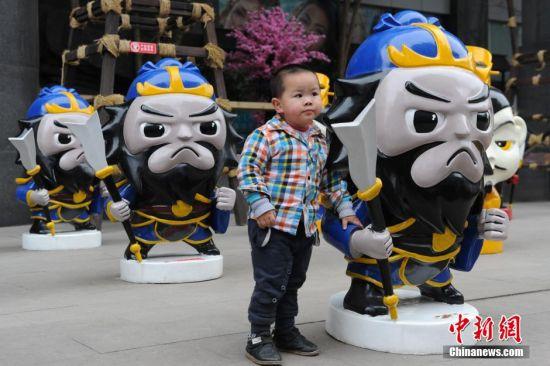 4月1日,贵州省遵义市一商场外,商家摆上刘备、关羽、张飞等三国卡通人物造型,引民众关注。 中新社记者 贺俊怡 摄