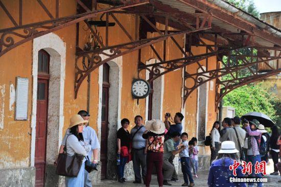 4月3日,游览碧色寨的人络绎不绝。清明小长假期间,云南蒙自市碧色寨火车站独特的法式建筑风格,吸引众多游客到此游览。滇越铁路于1910年建成,碧色寨火车站成为这条铁路的核心枢纽,是中国最古老的火车站之一。 中新社记者 刘冉阳 摄