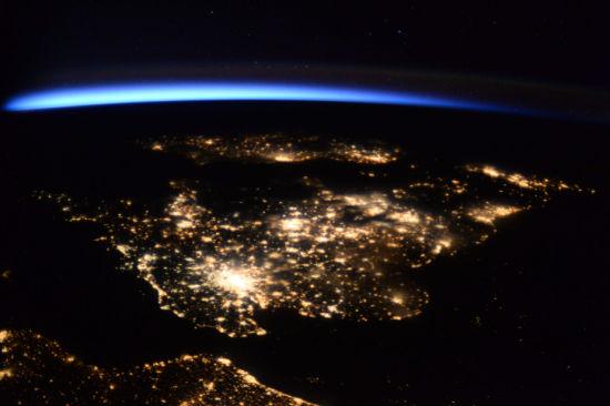 极光之下的英国夜景。(图片来源:ESA/NASA)
