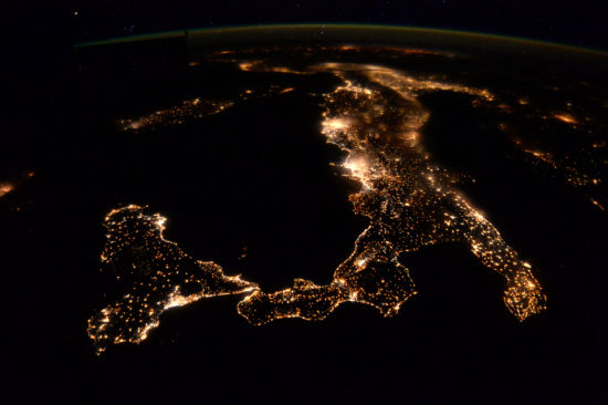 蒂姆・皮克在国际空间站工作期间,拍摄了意大利的夜景。(图片来源:ESA/NASA)