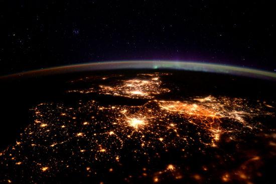 欧洲航天局(ESA)宇航员蒂姆・皮克拍摄了极光之下的英国。(图片来源:ESA/NASA)