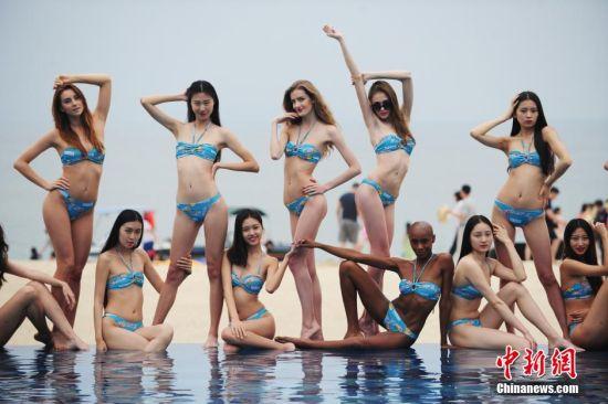 各国模特们泳池边合影。 中新社记者 陈文 摄