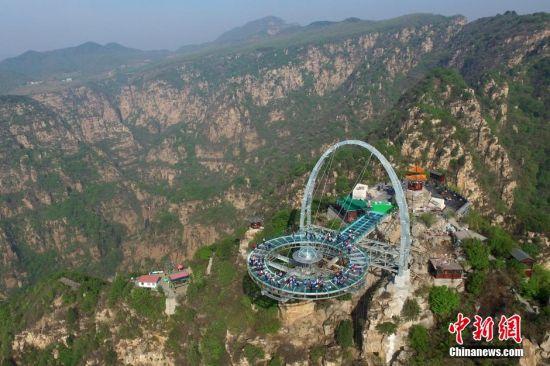 北京石林峡世界面积最大玻璃观景平台迎客