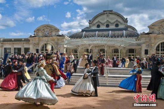"""每年4月,法国中部城市维希(Vichy)就会""""时光倒流""""回100多年前,人们打扮成贵族去参加宫廷舞会,这就是拿破仑三世历史节。拿破仑三世是法国最后一位君主,是赫赫有名的拿破仑一世的侄子。他1848年到1870年在位期间,其间大幅改造巴黎,为现代巴黎塑造了轮廓。"""