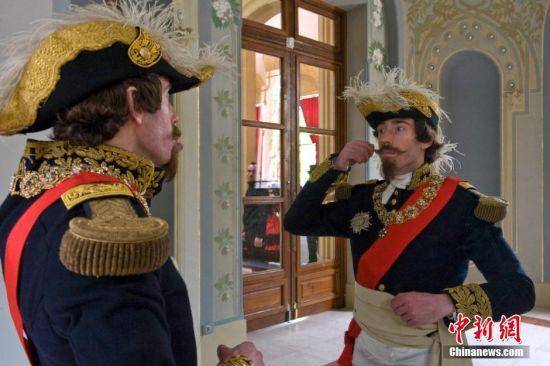 装扮成拿破仑三世的男子。
