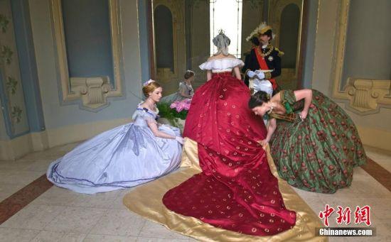 """拿破仑三世的妻子""""欧仁尼皇后""""和其""""侍女""""。"""