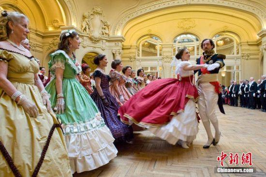 """""""拿破仑三世""""和""""欧仁妮皇后""""翩翩起舞。"""