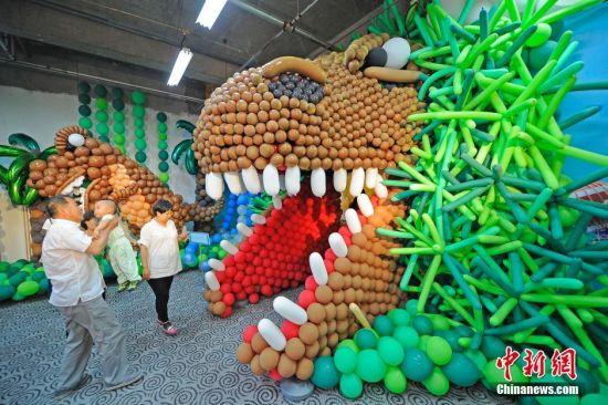 100万颗气球精心设计成勇闯侏罗纪