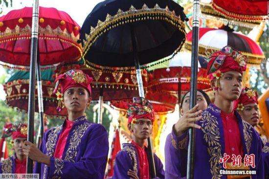 印尼巴厘岛艺术节开幕 传统服饰大放异彩