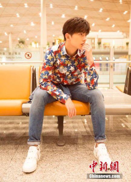 杨洋启程巴黎男装周 演绎潮流美少年