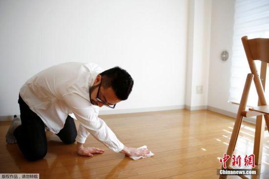"""36岁的日本男子佐佐木文雄(Fumio Sasaki)在东京的公寓擦地板,他的房间非常简单。佐佐木文雄仅拥有三件衬衫、四条裤子、四双袜子以及其它零散的一些物件。两年前,他厌倦了紧跟潮流,加入了日本越来越庞大的""""极简主义""""阵营。"""