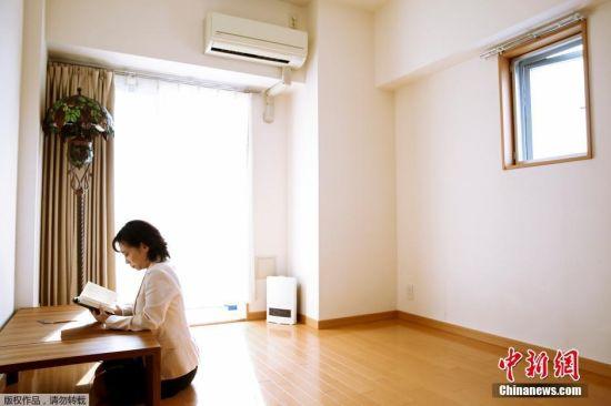 日本藤泽,极简主义者栉引纱子(Saeko Kushibiki)在家中读书。