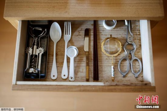 栉引纱子的抽屉里所有物品都码放整齐,每种餐具仅保留一款。