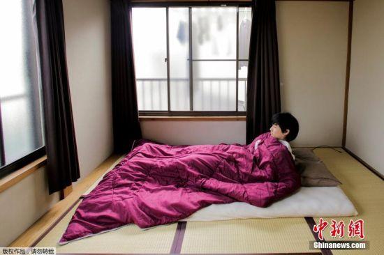 极简主义者丰田克也(Katsuya Toyoda)在家中展示他如何睡觉。