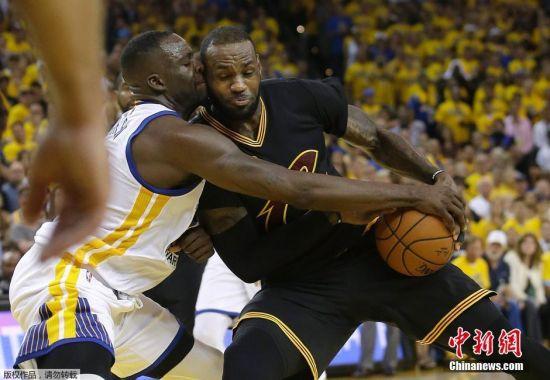 2016年6月20日,在2015-2016赛季NBA季后赛总决赛抢七大战中,金州勇士队主场对阵克利夫兰骑士队。最终欧文的一记三分命中,以93比89帮助骑士拿下NBA总决赛冠军,实现总决赛大逆转。詹姆斯为家乡带回总冠军的同时,也成为了历史上首支总决赛1-3落后,最终以4-3翻盘的球队。赛后,詹姆斯喜极而泣跪地面掩面。