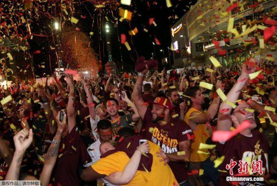 2016年6月20日,在2015-2016赛季NBA季后赛总决赛抢七大战中,最终欧文的一记三分命中,以93比89帮助骑士拿下NBA总决赛冠军。场外球迷相拥欢呼庆祝球队夺冠。