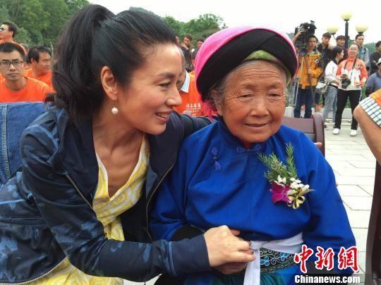 电影《海雀,海雀》女主演李凤绪与文朝荣妻子李明芝交谈。 杨云 摄