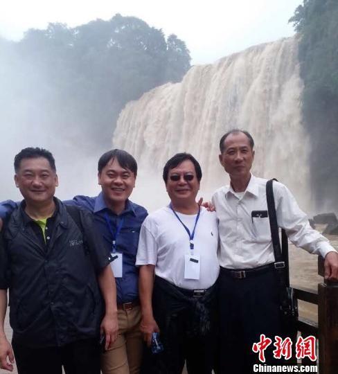 台商们在黄果树瀑布前合影。 刘鹏 摄