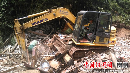 武警水电部队急赴在贵州大方山体滑坡现场救援