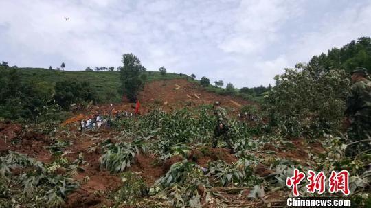 7月1日5时30分左右,受连日强降雨影响,大方县理化乡偏坡村金星组发生一起山体滑坡灾害。 宗鑫 摄