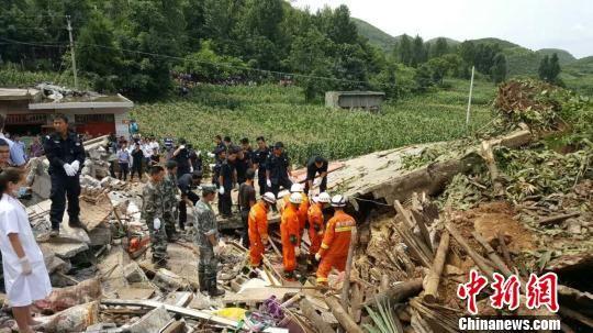 当地政府组织多方力量现场搜救。 宗鑫 摄