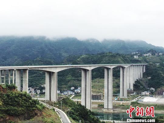 图为铜仁思南境内横跨乌江的高速公路 杨云 摄