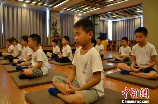 图为童学班静坐训练,让孩童回归本源本性,开发本有的智慧。周小云 摄
