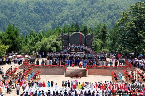 月亮河布依寨老在举行祭鼓仪式