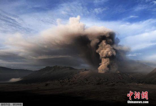 当地时间7月14日,位于印尼泗水西南大约150公里的波罗摩(Bromo)火山喷发出大量浓烟冲上天空。