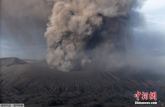 当地时间7月14日,位于印尼泗水西南大约150公里的波罗摩(Bromo)火山喷发出大量浓烟冲上天空。据悉,婆罗摩火山是登格尔山上三座活火山之一,南北宽9公里,东西长10公里,是当地著名的火山旅游景区。